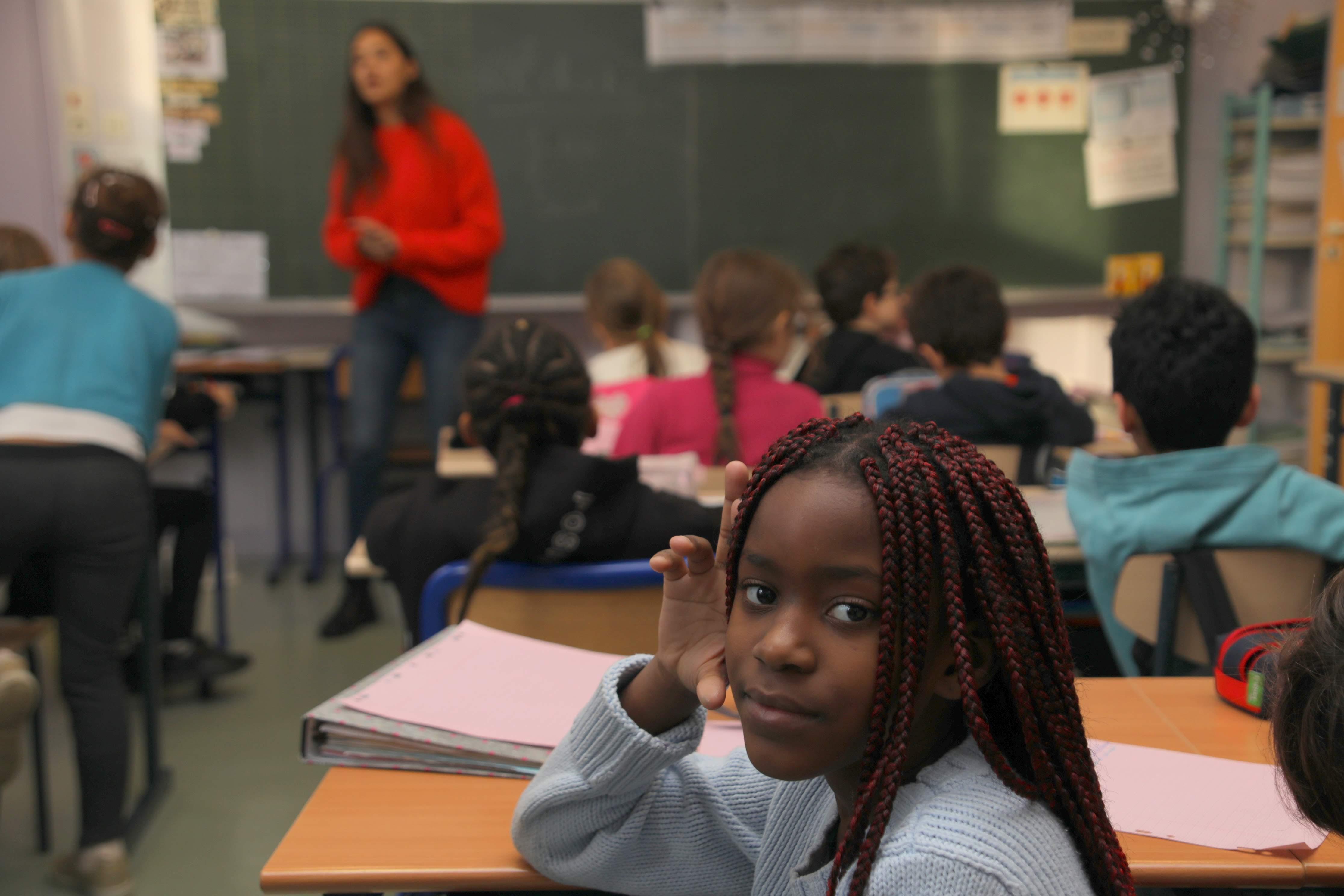 photo 1 petite fille dans la classe